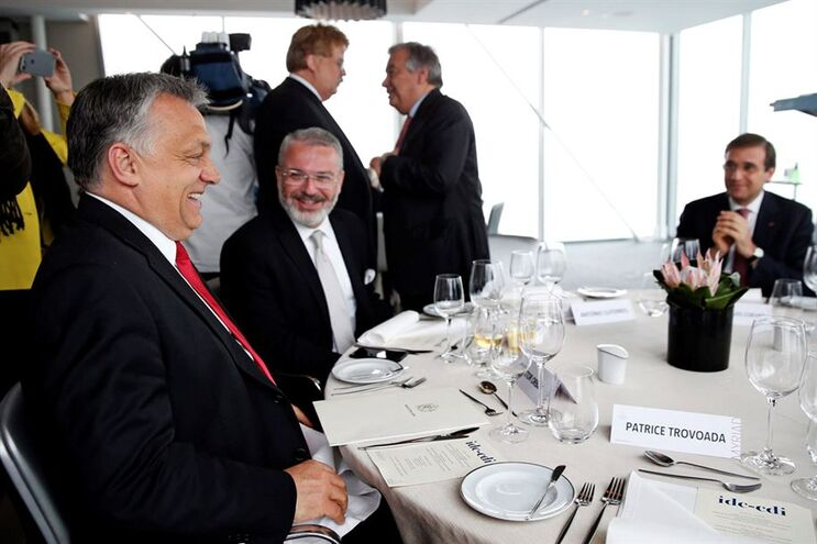 Primeiro-ministro da Hungria, Viktor Orbán (à esquerda)