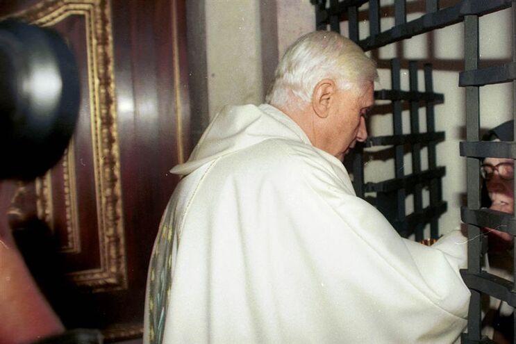 Joseph Ratzinger no Carmelo de Santa Teresa de Coimbra a dar a comunhão à irmã Lúcia (14.10.1996)