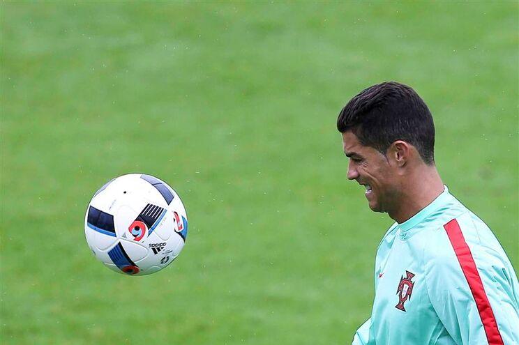 Cristiano Ronaldo atira microfone de TV para um lago