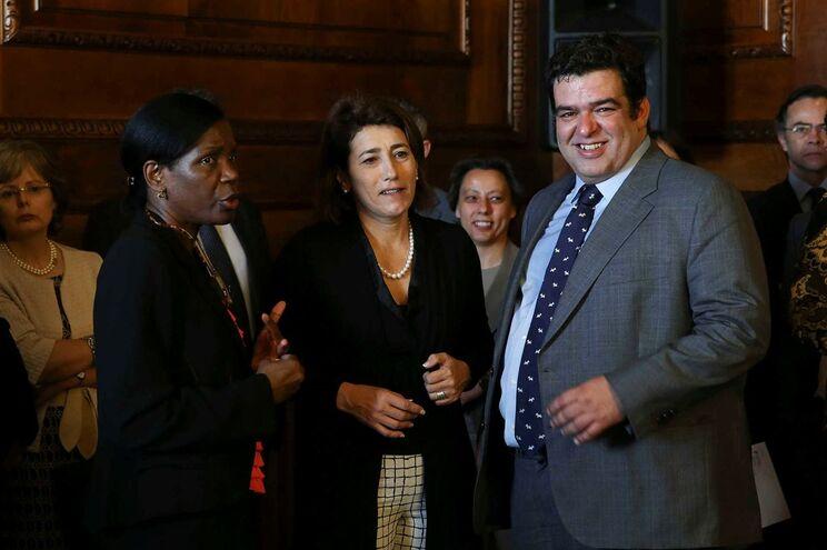 O secretário de Estado dos Assuntos Fiscais, Fernando Rocha Andrade, acompanhado da ministra da Justiça