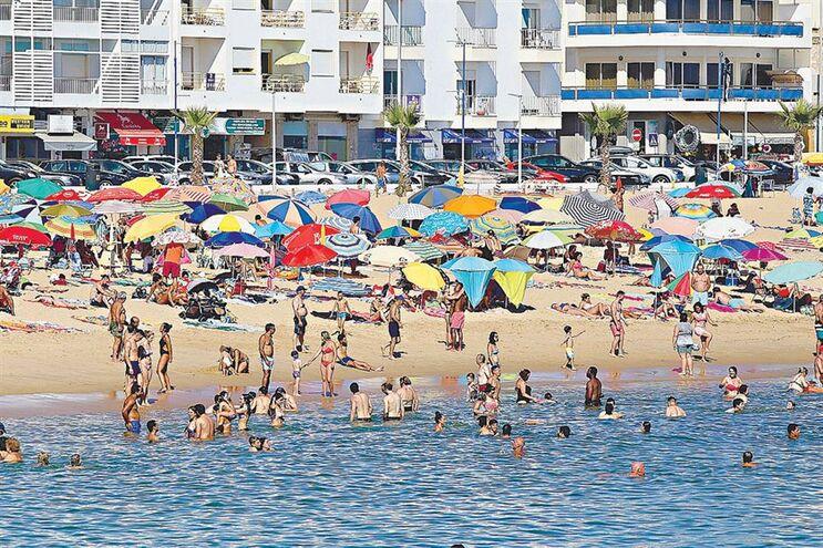 Na praia da Quarteira a água do mar está quente, o que atrai o peixe aranha
