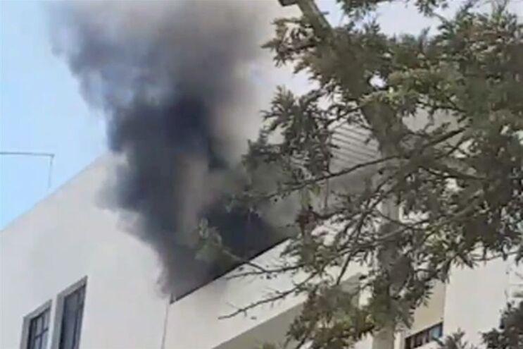 Fumo negro no sexto andar de um prédio em Quarteira