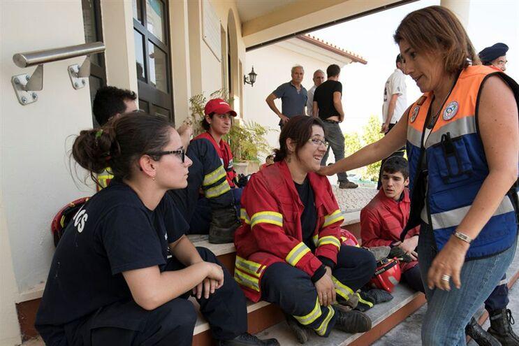 Ministra da Administração Interna em contacto com bombeiros que têm combatido os incêndios