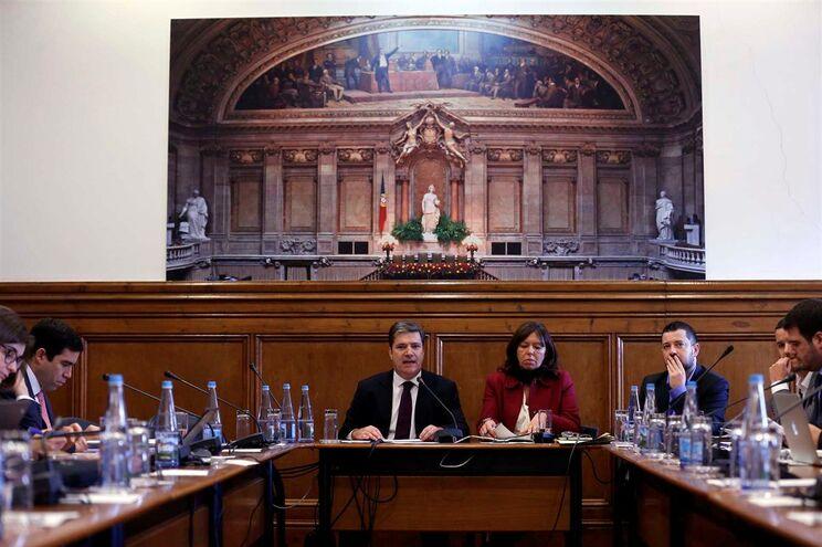 O ex-secretário de Estado dos Assuntos Fiscais, Paulo Núncio, acompanhado por Teresa Leal Coelho (D)