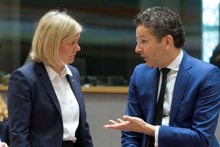 Jeroen Dijsselbloem, presidente do Eurogrupo, à conversa com Magdalena Andersson, ministra das Finanças