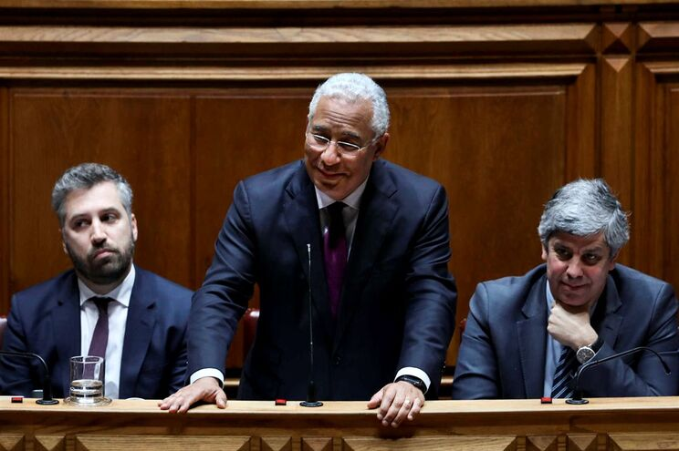O primeiro-ministro, António Costa, acompanhado pelo ministro das Finanças, Mário Centeno, e pelo secretário
