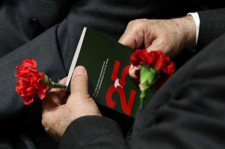 Cravos na sessão solene comemorativa do 43º aniversário do 25 de Abril esta manhã na Assembleia da República