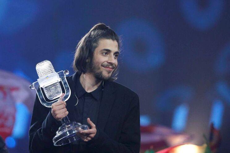 Salvador Sobral com o prémio da Eurovisão conquistado em Kiev