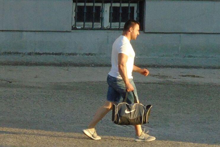 O segurança da SPDE, de saco desportivo, à saída do Tribunal de Guimarães