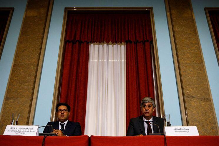 Secretário de Estado adjunto do Tesouro e das Finanças, Ricardo Mourinho Félix, com o ministro das Finanças