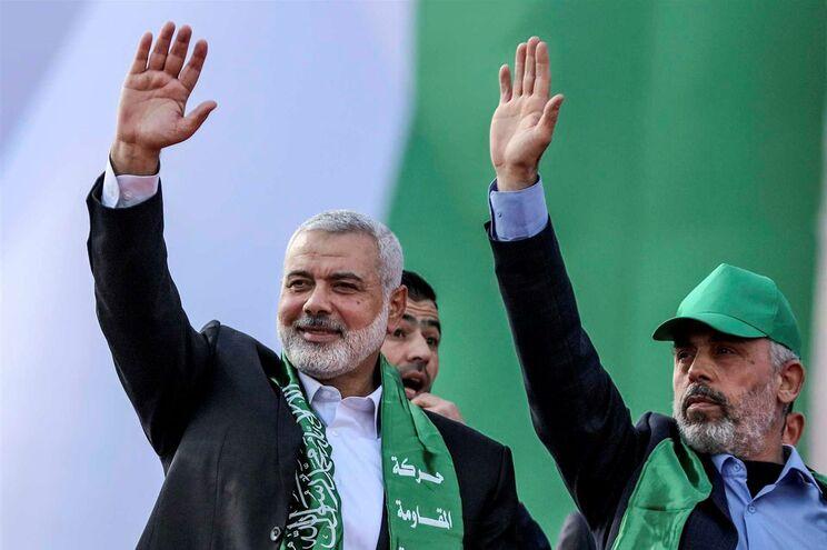 Ismail Haniyeh (à esquerda)
