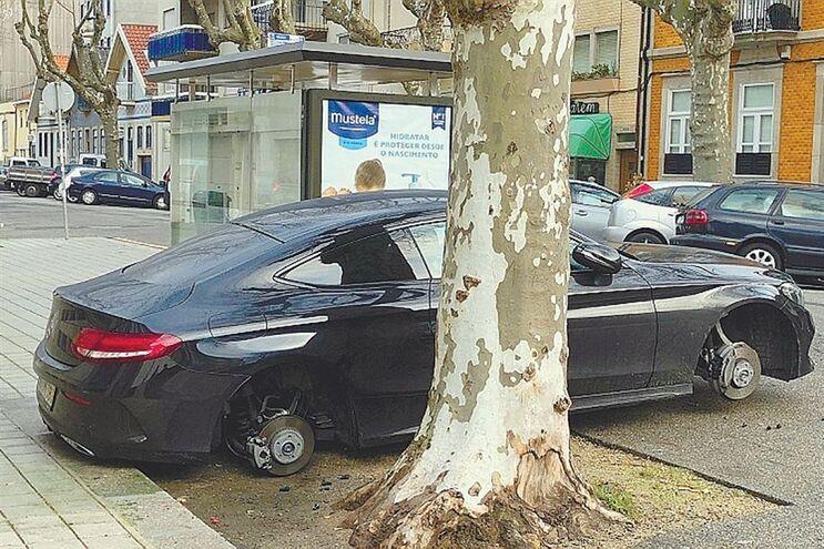 Mercedes sem rodas na Rua de Gondarém, no Porto