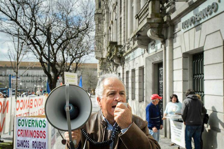 Protesto de clientes emigrantes lesados do BES, nos Aliados, na terça-feira