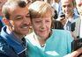 """Refugiados fazem """"selfies"""" com Angela Merkel"""