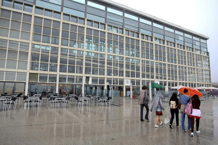 A Agência Portuguesa do Ambiente quer demolir o Edifício Transparente, no Porto