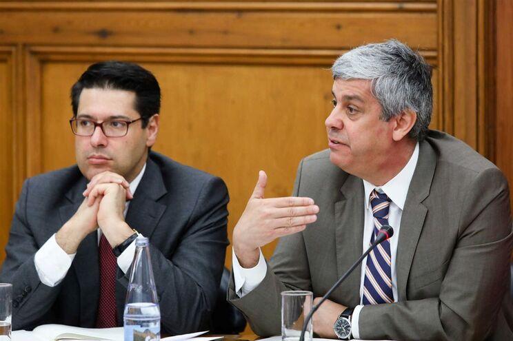 O secretário de Estado Adjunto e das Finanças, Ricardo Mourinho Félix (à esquerda), acompanhado por Mário