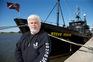 Paul Watson junto ao navio Steve Irwin antes de mais uma missão para salvar baleias nos mares do sul