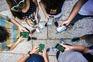No Largo da Oliveira, em Guimarães, vários jovens andavam de telemóvel em riste a apanhar os bichos de