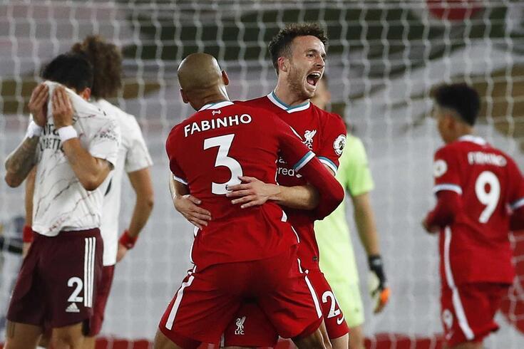 Diogo Jota festeja com Fabinho o golo marcado ao Arsenal