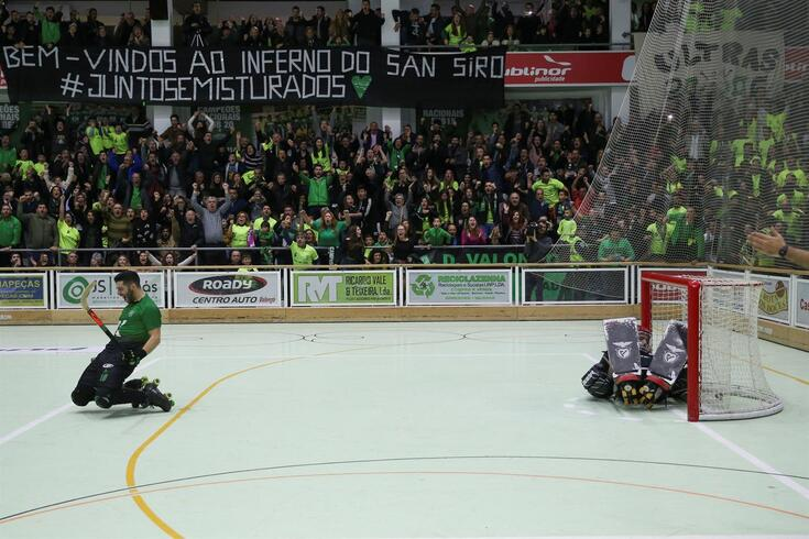 """""""Bem-vindos ao inferno de San Siro"""", lê-se na faixa por cima de uma bancada à pinha para ver um Valongo-Benfica"""