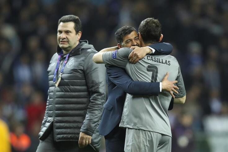 Sérgio Conceição e Iker Casillas num forte abraço