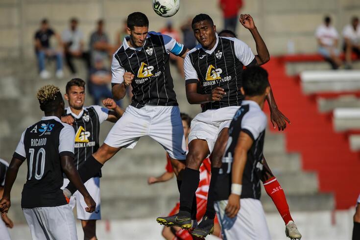 Élder Santana (à direita) salta com Rúben Pereira na disputa da bola
