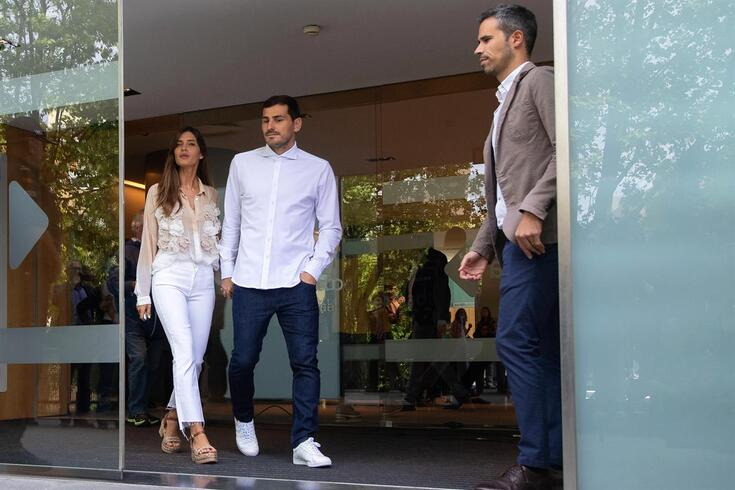 epa07551062 FC Porto's Spanish goalkeeper Iker Casillas (C) and his wife Sara Carbonero (L) leave the