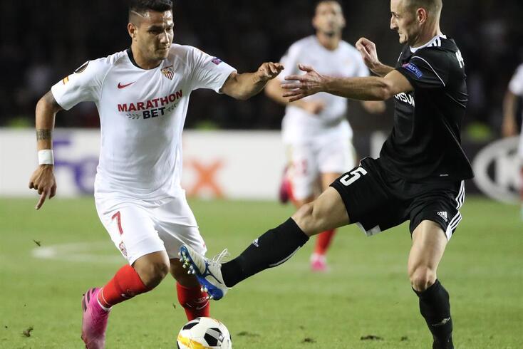 epa07854296 Maksim Medvedev (R) of Qarabag  in action against Rony Lopes (L) of Sevilla during the UEFA