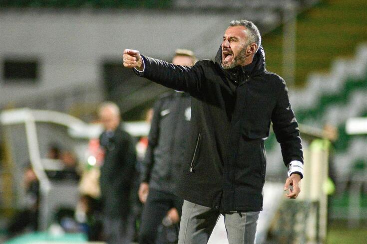 Ivo Vieira dá indiciações aos jogadores do V. Guimarães.