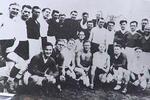 A equipa do FC Stard (de camisola escura) confraternizando com o opressor no final do jogo