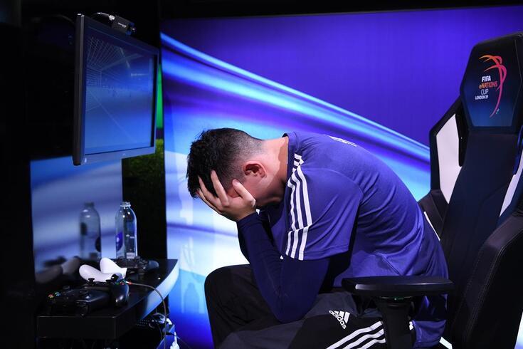 FIFA irradia oito jogadores e um agente