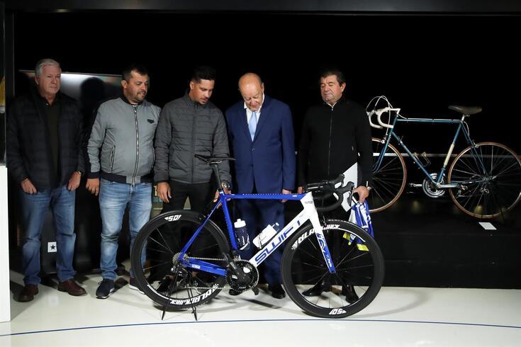 Pinto da Costa observa a bicicleta com a qual João Rodrigues venceu a Volta