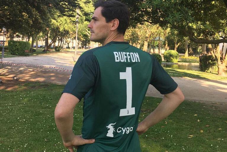2abf333e3d Homenagem  Casillas veste a camisola da Juventus e não o fez sozinho