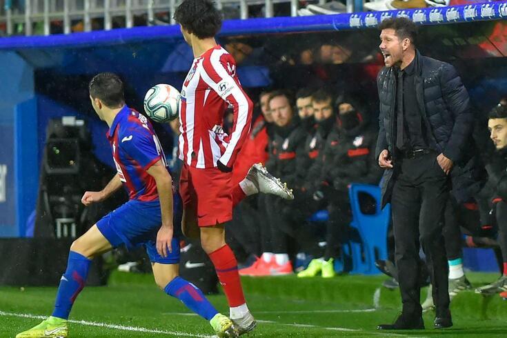 Diego Simeone grita instruções junto à linha lateral