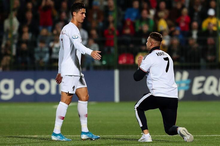 Invasor de campo tentou aproximar-se de Ronaldo