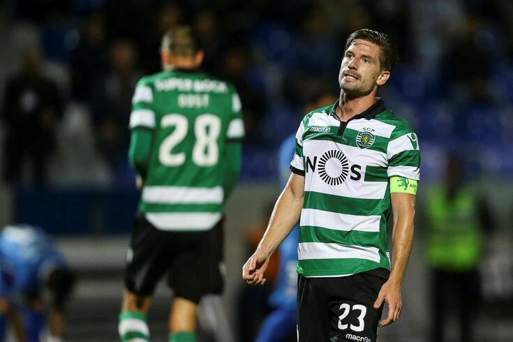 Adrien Silva envergou a braçadeira de capitão do Sporting