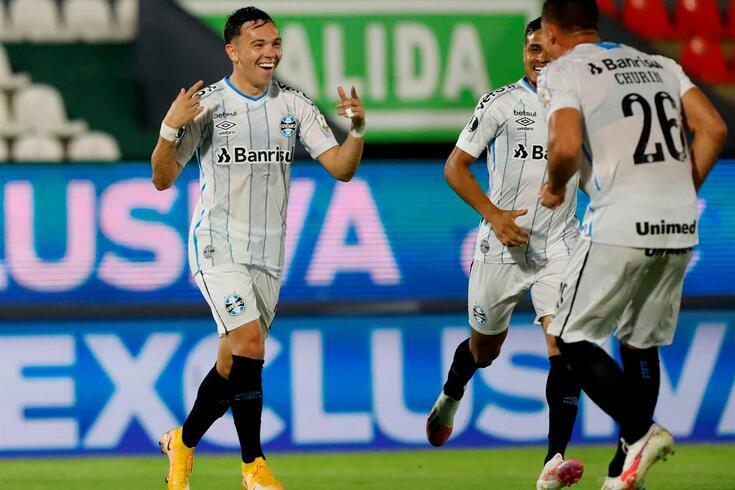 Pepê, alvo do FC Porto, à esquerda na fotografia