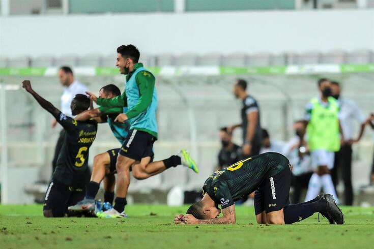 Os jogadores do Tondela festejam a permanência do seu clube na Primeira Liga no final do jogo da Primeira