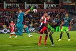 O lance da grande penalidade com Beunardeau e Bolasie