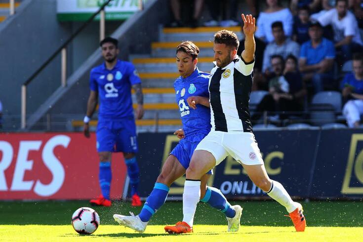 Sergio Marakis disputa a bola com Óliver no Nacional-FC Porto.