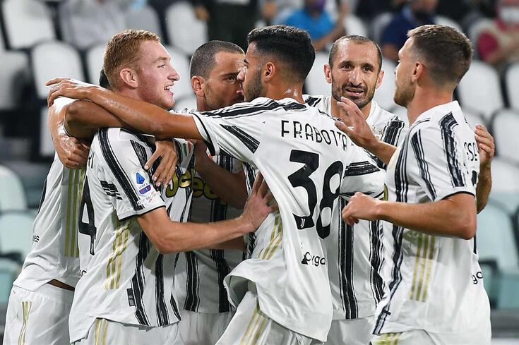 "epa08685084 Juventus"" Dejan Kulusevski (L) celebrates after scoring the 1-0 goal during the Italian Serie"