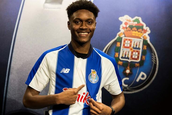 Levi Faustino, defesa dos juniores, renova contrato com o FC Porto