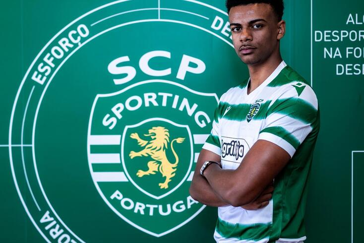 Renato Veiga assina contrato profissional com o Sporting aos 16 anos