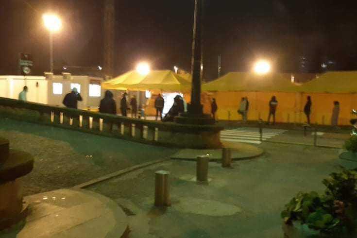 Hospital de S. João: às 3h30 da madrugada ainda estavam umas três dezenas na fila de espera; de pé e