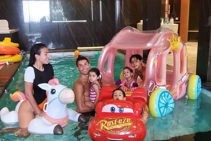 Georgina e Ronaldo partilham momento em família na piscina