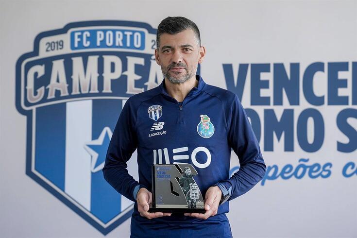 Sérgio Conceição exibe o prémio