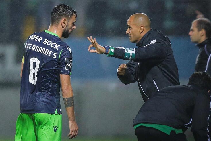 Silas dá indicações a Bruno Fernandes.