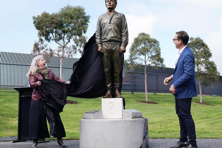 """O homem branco """"daquela fotografia"""" foi imortalizado em estátua"""
