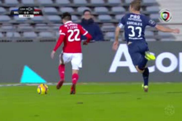 Belenenses-Benfica: o lance e o penálti falhado por Jonas