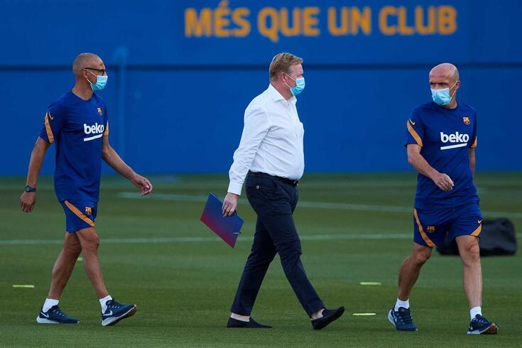 Ronald Koeman (ao centro), novo treinador do Barcelona